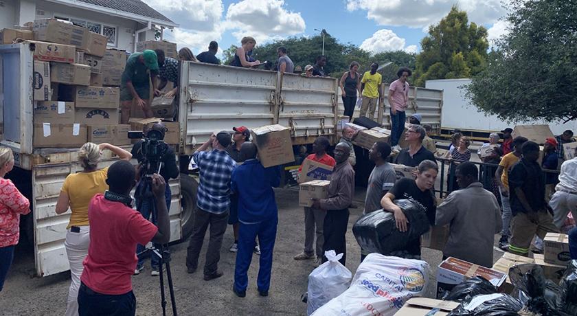 Volunteers transferring goods to Chimanimani credit Columbus Mavhunga VOA flickr